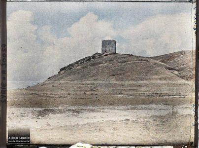 Syrie, Rte de Latakié à Tartous, Tour avancée du Château.Une tour de Qalaat Marqab