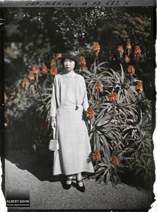 France, Cap Martin, Princesse Kitashirakawa au jardin. La princesse Kitashirakawa, invitée par Albert Kahn, dans le jardin de sa villa