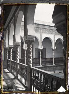 Algérie, Alger, Archevêché - colonnades du 1er Etage.La galerie du premier étage de l'archevêché (ancien Dar Aziza)