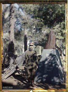 Syrie, Beyrouth, Général Gouraud au pied de l'aigle de l'armée de Von Einem pris au Q.G. du gAL allemand. Le général Gouraud, haut-commissaire de la République française, devant « L'Aigle de la champagne » dans le parc de sa résidence