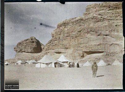 Arabie, Gouaira, Q.G. de l'émir Faïçal, rochers gréseux. Quartier général de l'émir Fayçal