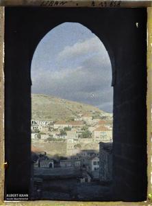Syrie, Zahlé, Une vue sur Zahlé. Vue sur la ville à travers une fenêtre