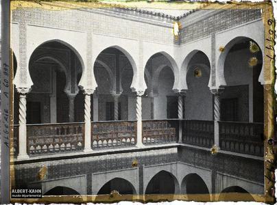 Algérie, Alger, Archevêché - colonnades du 1er Etage autre aspect.La galerie du premier étage de l'archevêché (ancien Dar Aziza)