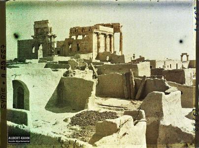 Syrie, Palmyre, Temple du Soleil, ensemble du Temple et terrasses des maisons du village. Façade ouest du sanctuaire de Bêl