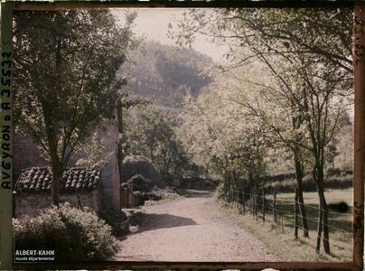 France, St Julien d'Empeyre (Aveyron), Un aspect de la route Nossac, au fond le mont Cavalier