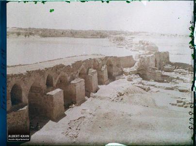 Perse, Chouster, Ensemble du Gd Pont vers la Ville.Vestiges du Band-e Kaisar,pont-barrage sassanide (vers 260) sur le fleuve Karoun (550 mètres de large)