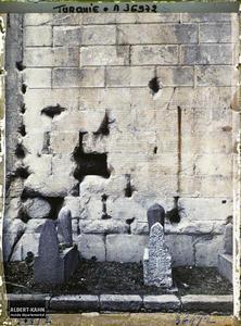 Turquie, Angora, Ruines de l'Augusteum, Testament d'Auguste, inscriptions de gauche. Textes en latin gravés sur un mur du temple d'Auguste et de Rome, (testament politique d'Auguste). Au premier plan, tombes musulmanes (le temple fut tranformé en mosquée)