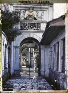 Turquie, Constantinople - Eyoub, Cimetière d'Eyoub - Entrée Nord de la Mosquée d'Eyoub. L'entrée nord de l'Eyüp Sultan Camii («mosquée du Sultan-Eyüp»), la Grande Mosquée d'Eyüp, vers l'intérieur de la mosquée