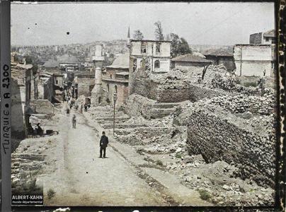 Turquie, Stamboul (Constantinople), En allant de la Mosquée Validé à Soulémani, vue s/ une rue descendant vers le Bosphore. Une rue en pente dans le quartier du pont de Karakoy (porte Istanbul)