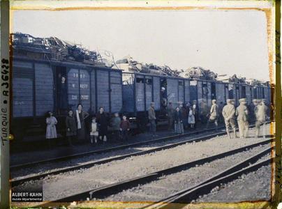 Thrace, Andrinople, La Gare, Wagons chargés de meubles. Grecs quittant la ville, au pied d'un train chargé de mobilier