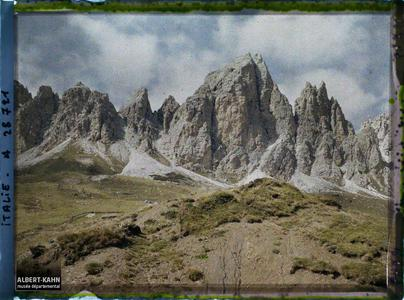 Tyrol, Wolkenstein, Col du Groedner, Aspect des sommets déchiquetés des Rothspitzen.Le col du Grödner (Grödner Joch ou passo Gardena) et la chaine de Pizes de Cir (Cirspitzen ou Gruppo del Cir)
