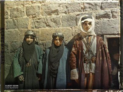 Syrie, Tell-Es-Shehab, Jeune mariée, son mari et sa Cousine (Arabes). Une jeune mariée (celle de gauche ?), sa cousine et son mari (très probablement druze)