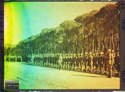 Syrie, Beyrouth, Hindous présentant les armes sur le passage du Général Gouraud. Troupes indiennes de l'armée britannique alliée passées en revue dans le bois des Pins par le général Gouraud, haut-commissaire de la République française