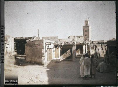 Maroc, Marrakech, Un coin des Souks - avec minaret. Une partie des souks