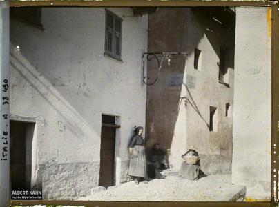 Italie, Tenda, Aspect des rues. Groupe de femmes dans une rue