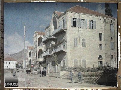 Syrie, Zahlé, Belles maisons du village. Immeuble d'habitation et poste de l'armée française