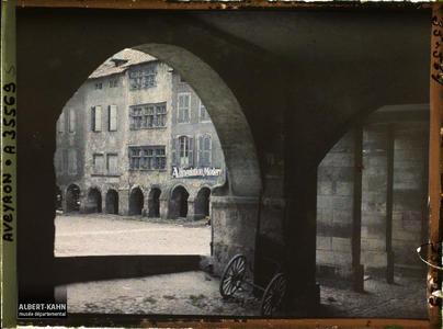 France, Villefranche de Rouergue (Aveyron), Place Notre Dame vue à travers les Arcades
