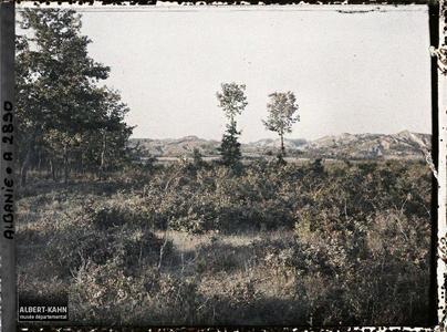 Albanie, Tirana, route de Tirana à Durazzo : les collines.Entre Tirana et Durazzo