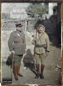 Syrie, Zahlé, Un gendarme Libanais et un officier descendant de Français en Syrie depuis Napoléon 1er. Un officier de l'armée française et un gendarme libanais