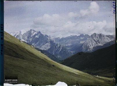 Tyrol, Wolkenstein, Col de la Sella, Le Groupe de la Marmolada et le Val Douro vu du Col de la Sella.Les monts Marmolada et Colac et le Val Douro depuis le col de la Sella