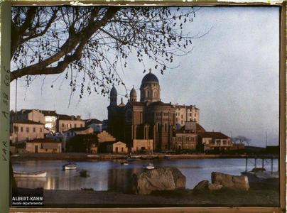France, St Raphaël, Aspect de l'Eglise au soleil couchant. La basilique Notre-Dame-de-la-Victoire au soleil couchant
