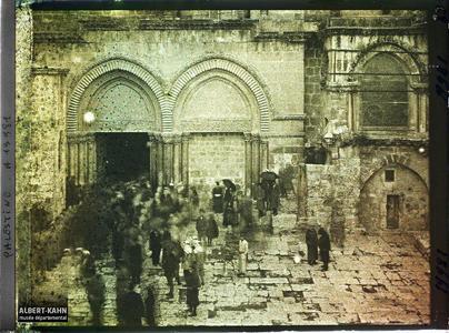 Syrie, Jérusalem, Entrée du St Sépulcre. Entrée de l'Eglise du Saint-Sépulcre lors de la visite du Cardinal Dubois