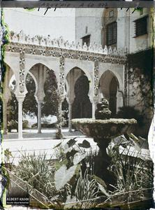 Algérie, Alger, Palais d'Eté du Gouverneur les arcades.Fontaine et arcades dans le palais d'été du Gouverneur
