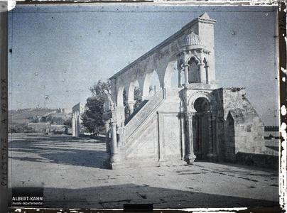 Minbar près d'un portique d'entrée menant au Dôme du Rocher