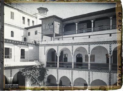 Algérie, Alger, La Casbah - Pavillon du Coup d'eventail.La cour du palais des deys à la Casbah, avec le pavillon de bois dit «du coup d'éventail» en haut à gauche