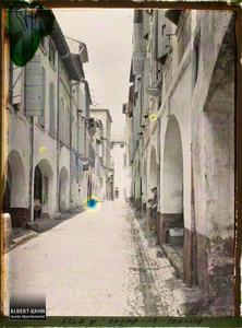 France, Tarascon, Une rue à double rangée d'arcades rue des Halles