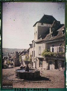 France, Najac, Un coin de la Place et la Fontaine