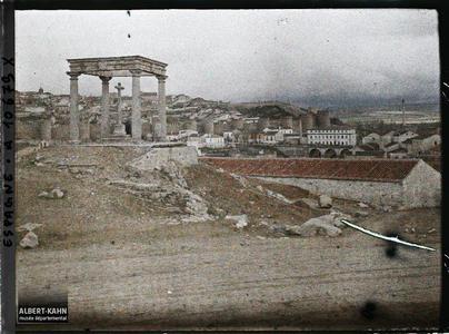 Espagne, Avila, La Cruz de Los Cuadro Postes en avant (granite) et Avila dans le fond
