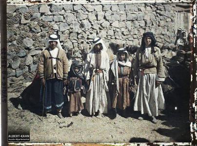 Syrie, Tell-Es-Shehab, Types du Hauran, au milieu, type Bédouin. Groupe d'habitants, très probablement druzes