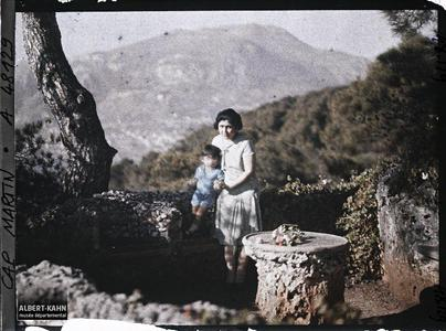 France, Cap Martin, Madame Motono. Madame Kiyoko Motono, invitée par Albert Kahn, et son fils Xavier