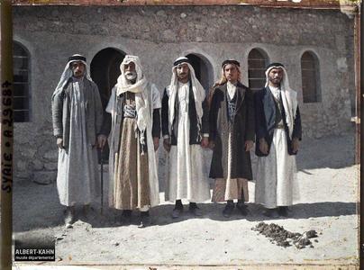 Syrie, Palmyre, Le Cheikh Abdallah, à sa gauche ses trois fils, à sa droite son secrétaire.Le cheikh Abdallah, chef bédouin «sédentarisé»