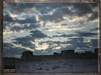 Syrie, Palmyre, Un des aspects du Ciel au jour naissant. La ville moderne au lever du soleil