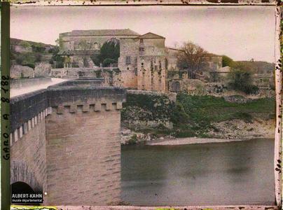 France, Uzès, Ste Anastasie vers l'aval la vieille église monastique vue de la rive droite du Gard