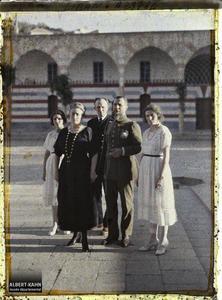 Syrie, Bet-Edin, Groupe : Le Général, le Gouverneur, sa femme et ses deux filles. Le général Gouraud en compagnie du gouverneur du Liban, Georges Trabaud, son épouse et leurs filles