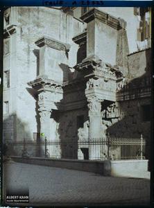 Italie, Rome, Partie de la Colonnade d'ancien temple encastrée dans les maisons , via della Croce Bianca.Partie de colonnade encastrée dans des maisons rue de la croce bianca