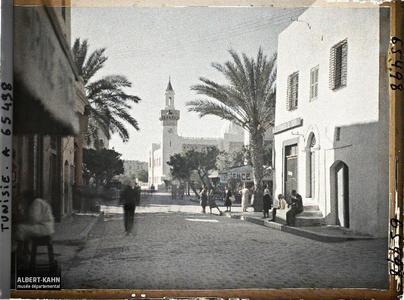 Tunisie, Sfax, Rue de la république et hotel de ville.La rue de la République et l'Hôtel de ville