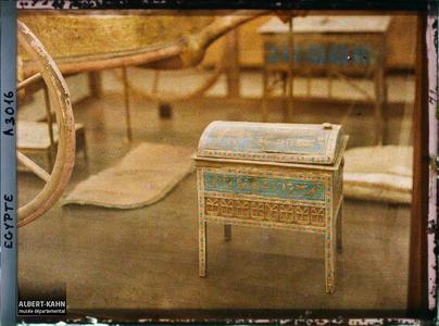 Egypte, Musée du Caire, Petit meuble bleu (3678) Email bleu recouvrant le meuble..Mobilier funéraire au musée égyptien du Caire
