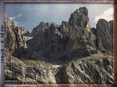 Tyrol, Wolkenstein, Col du Groedner, Parois de la Sella.La chaine de la Sella (Groupo di Sella ou Sellagruppe) depuis le col du Grödner (Grödner Joch ou passo Gardena)