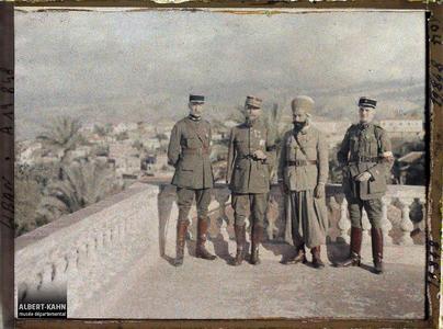 Syrie, Beyrouth, Général sur la terrasse de son Hôtel à Beyrouth. Le général Gouraud entouré de trois officiers sur la terrasse de sa résidence