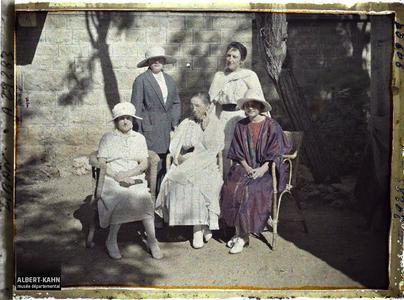 Syrie, Aley, Melle Gouraud et quelques dames invitées du Général. Mademoiselle Gouraud, assise à droite, et quelques invitées du général Gouraud