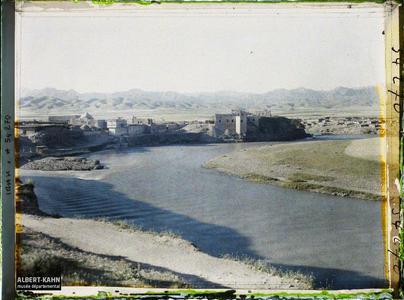 Irak, Zakho, Village, Chaîne des Monts du Kurdistan, la Khbour & Mts Goïan. Le village, la rivière Khabur au pied des montagnes (chaîne du Zagros, frontière du Kurdistan)