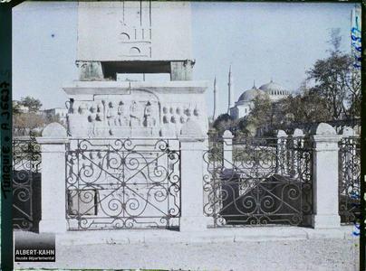 Turquie, Constantinople , Socle de l'Obélisque de Théodose, face Sud, au fond Ste Sophie