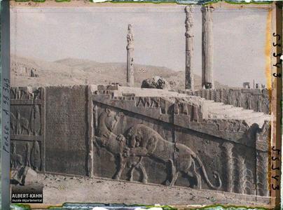 Perse, Persépolis, Salle de Xerxès - Escalier - Lion luttant avec Taureau & inscription. Escalier nord de l'Apadana, combat du lion et du taureau et inscriptions cunéiformes