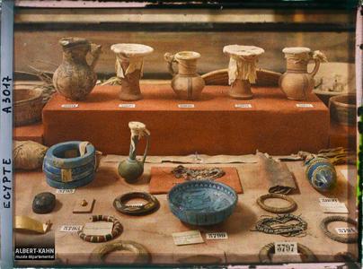 Egypte, Musée du Caire, Vitrine (B.3792 Va) petits vases, Coupe bleue, bijoux [?].Divers objets dans une vitrine du musée égyptien