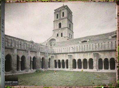 France, Arles, De la Cour intérieure du Cloître, un des angles avec la Tour de St Trophime.