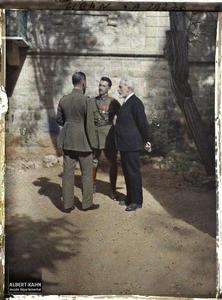 Syrie, Aley, Le Général Gouraud causant avec le Professeur Brunhes. Le général Gouraud tournant le dos au photographe, en pleine discussion avec le Professeur Brunhes et le Capitaine Mouchy